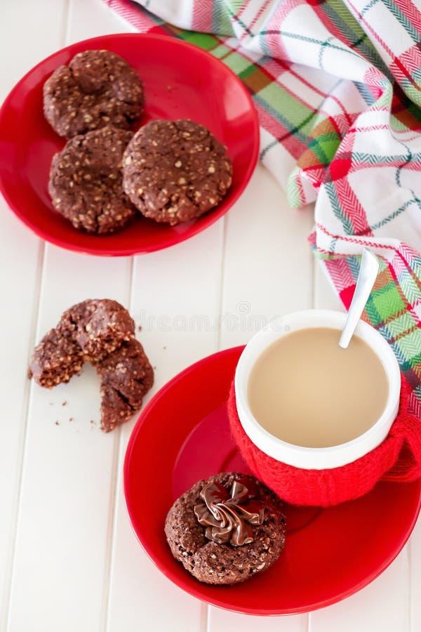 Owsów ciastka z czekolady rozszerzaniem się i filiżanki kawą Bożenarodzeniowy pojęcie biały tła drewniane Selekcyjna ostrość zdjęcia royalty free