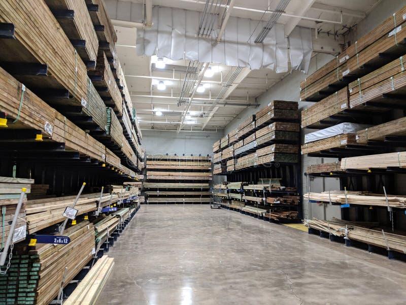 ows της ξύλινης ξυλείας για την πώληση μέσα σε Lowe& x27 κατάστημα εγχώριας βελτίωσης του s στοκ φωτογραφίες