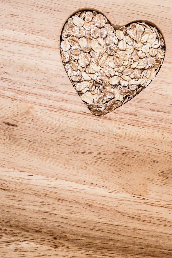 Owsa zboża serce kształtujący na drewnianej powierzchni zdjęcia royalty free