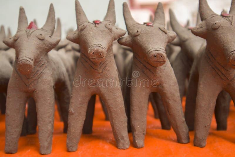 Oxar gjorde med gyttjalera som i början gjordes under festivalen av monsun i norr Karnataka arkivfoto