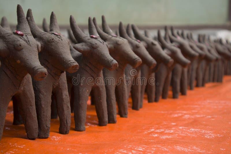 Oxar gjorde med gyttjalera som i början gjordes under festivalen av monsun i norr Karnataka royaltyfri bild