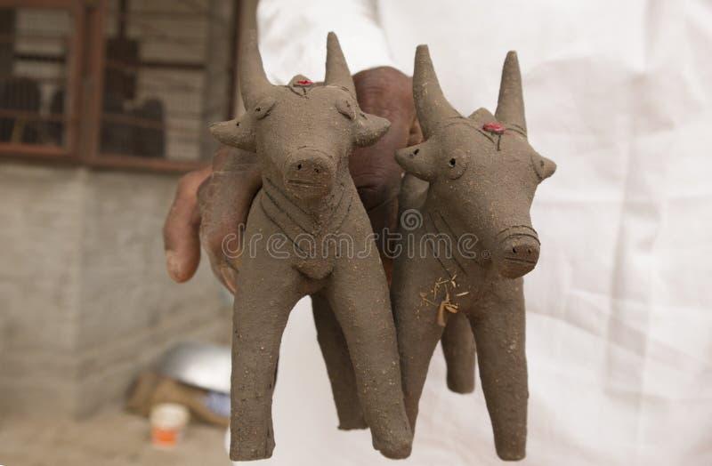 Oxar gjorde med gyttjalera som i början gjordes under festivalen av monsun i norr Karnataka royaltyfri foto