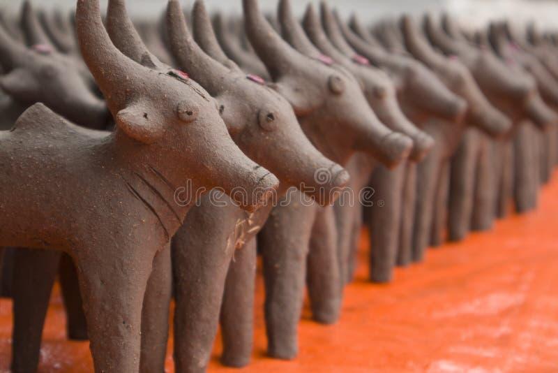Oxar gjorde med gyttjalera som i början gjordes under festivalen av monsun i norr Karnataka arkivbild