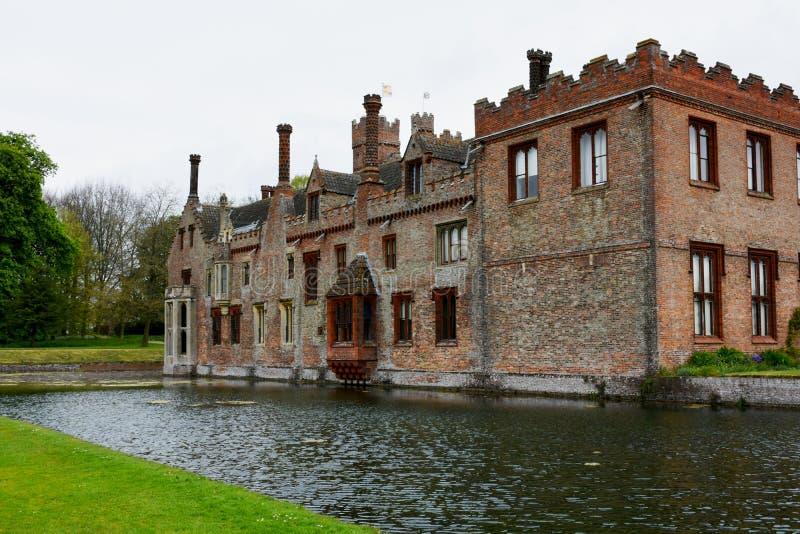 Oxburgh Hall, Norfolk, England - tillbaka sikt med vallgraven fotografering för bildbyråer