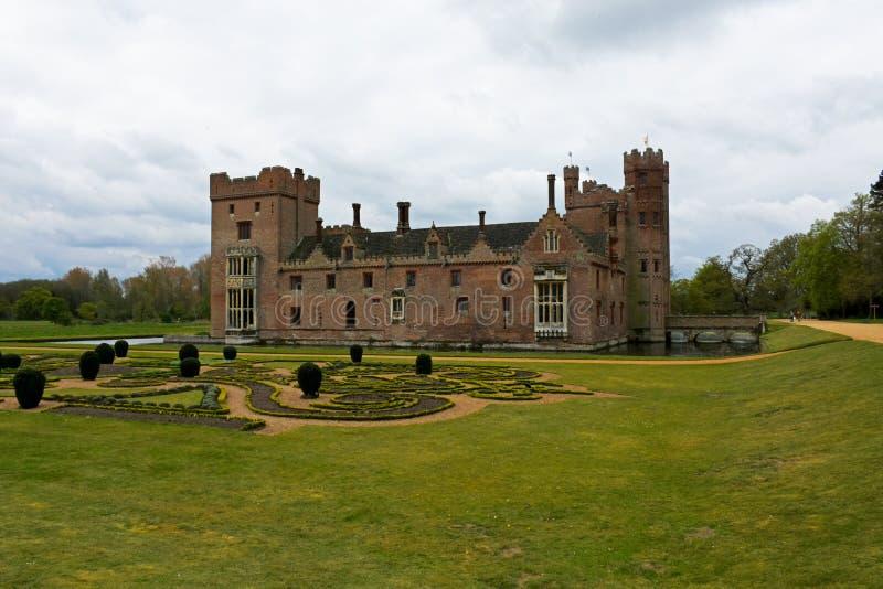 Oxburgh Pasillo, Norfolk, Inglaterra - la vista delantera con el parterre gaden imagen de archivo libre de regalías