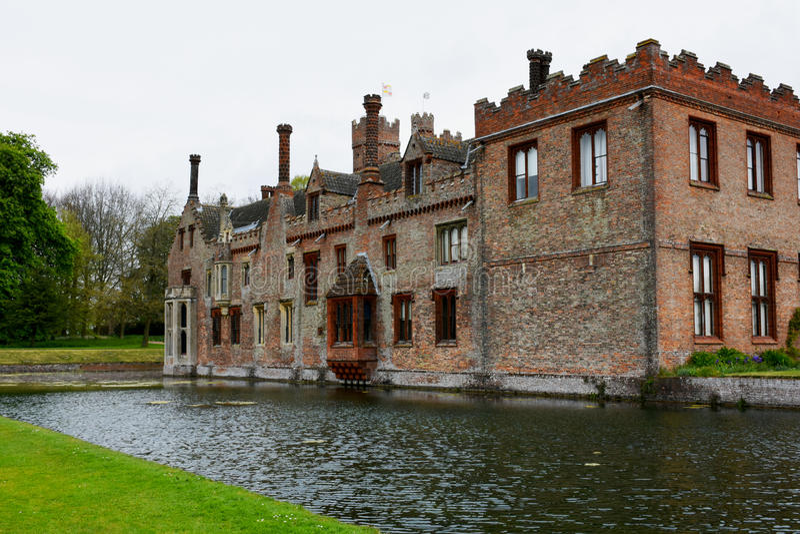 Oxburgh Pasillo, Norfolk, Inglaterra - visión trasera con la fosa imagen de archivo