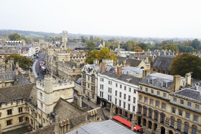OXFORD HET UK 26 OKTOBER 2016: Luchtmening die van de Stad van Oxford Universiteitsgebouwen en Spitsen tonen stock afbeeldingen