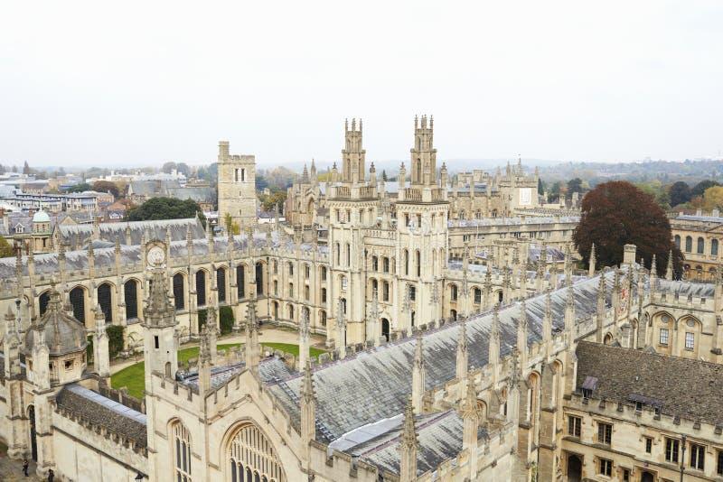 OXFORD HET UK 26 OKTOBER 2016: Luchtmening die van de Stad van Oxford Universiteitsgebouwen en Spitsen tonen royalty-vrije stock fotografie