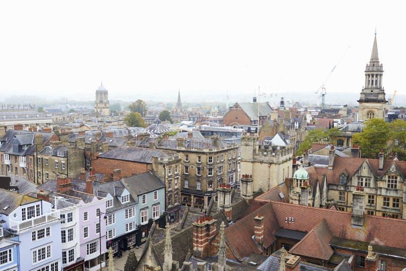 OXFORD HET UK 26 OKTOBER 2016: Luchtmening die van de Stad van Oxford Universiteitsgebouwen en Winkels tonen royalty-vrije stock foto