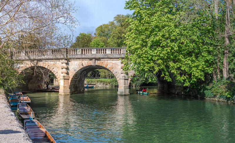 Oxford, Reino Unido - 30 de abril de 2016: Turistas que punting no rio Cherwell imagens de stock royalty free