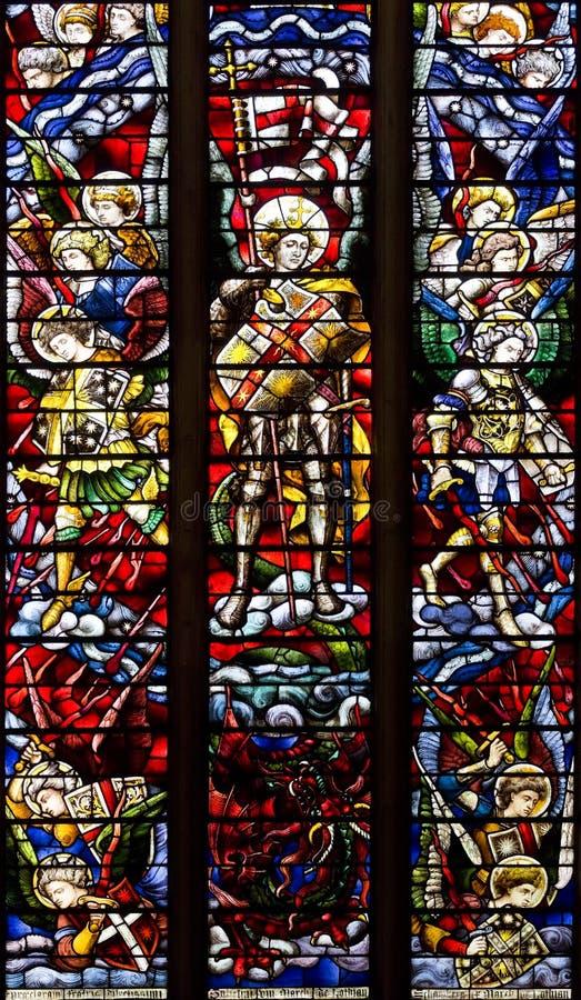 OXFORD, REINO UNIDO - 22 DE AGOSTO: Vitral que descrevem St Michael e anjos que lutam o dragão. Catedral da igreja de Cristo fotografia de stock royalty free