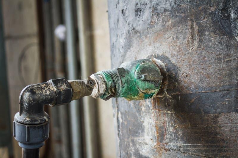 Oxidação da junção de tubulação do metal suja corrosão foto de stock