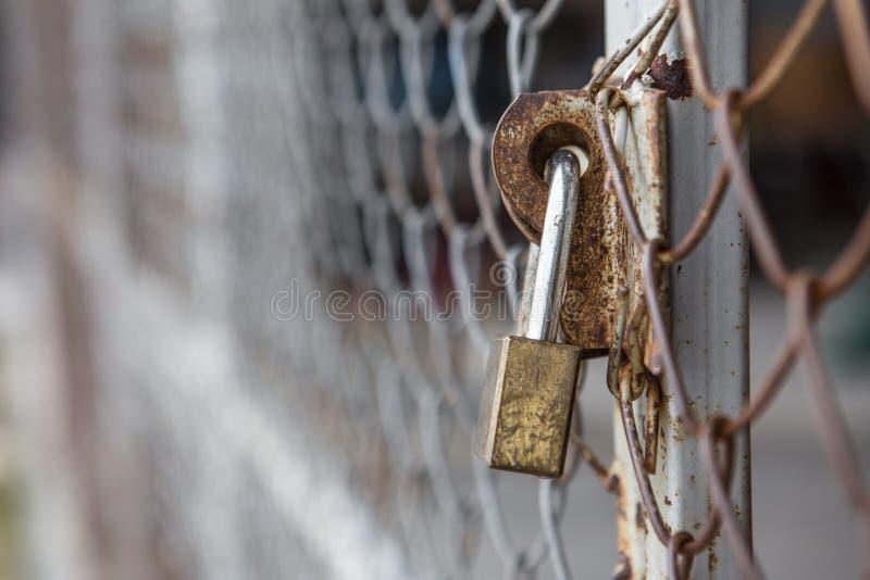 Oxidação e fechamento das grades da cerca foto de stock