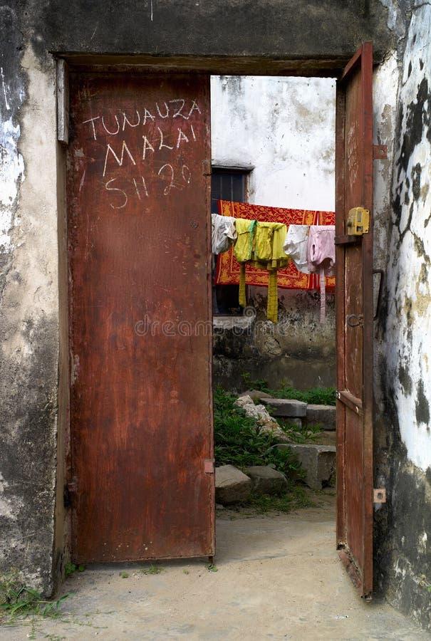 Oxidação pitoresca porta de aço colorida na cidade de pedra, Zanzibar imagens de stock royalty free
