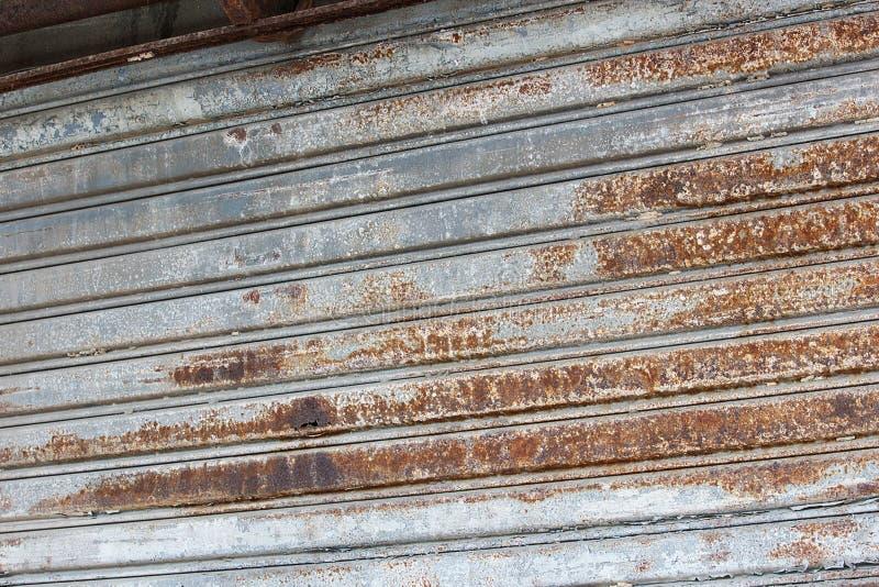 Oxidado na porta de aço cinzenta do obturador foto de stock royalty free