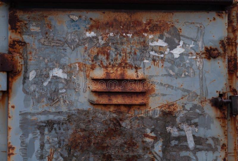 Oxidado viejo pelado con la pintura gris y para el primer de la caja del hierro de la ventilación imagenes de archivo