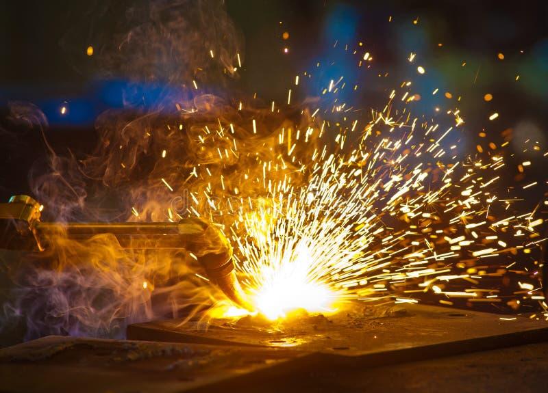 Oxycoupage dans un atelier en acier de fabrication photographie stock