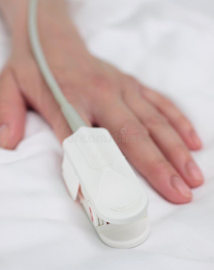 Oxymètre d'impulsion sur la main du patient. Fond médical. image libre de droits