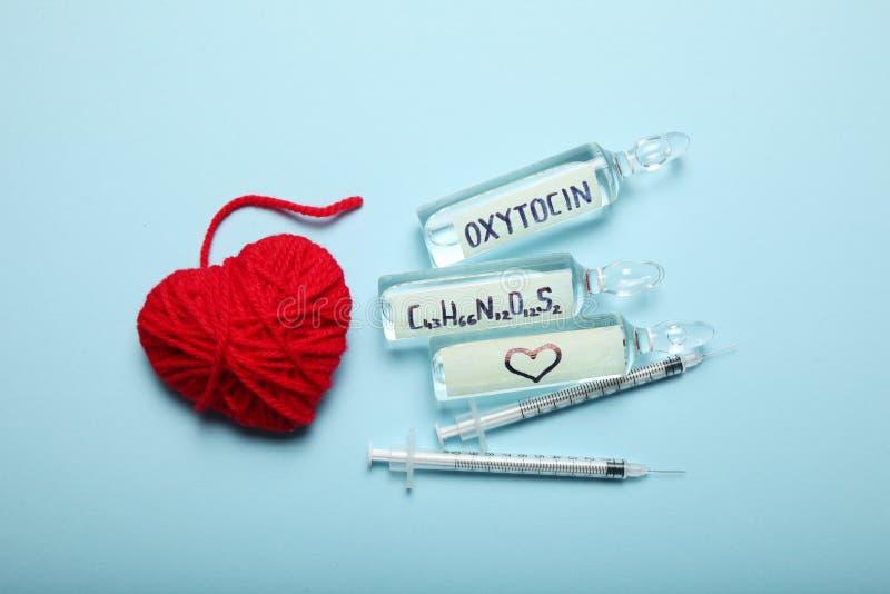 Oxytocin i ampuller Minska hormonet och diagnostik Hj?rta och f?r?lskelsebegrepp arkivfoton