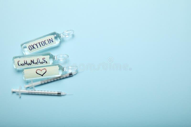 Oxytocin w ampułkach Zmniejszanie diagnostycy i hormon Serce i miłości pojęcie Odbitkowa przestrze? dla teksta obrazy royalty free