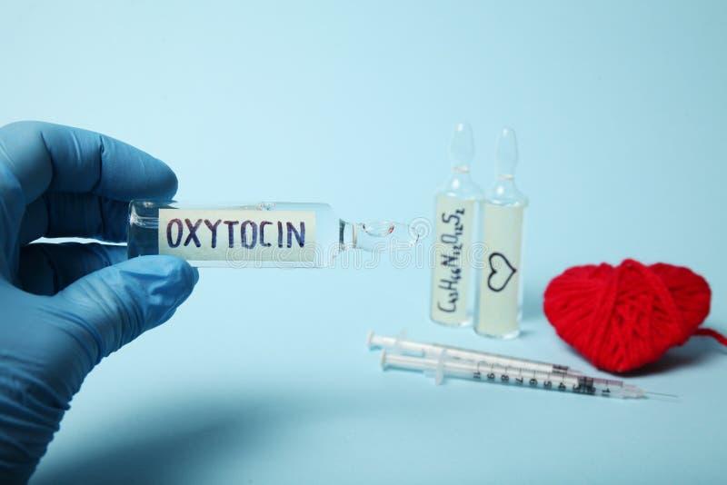 Oxytocin w ampu?kach Zmniejszanie diagnostycy i hormon Serce i mi?o?ci poj?cie fotografia stock