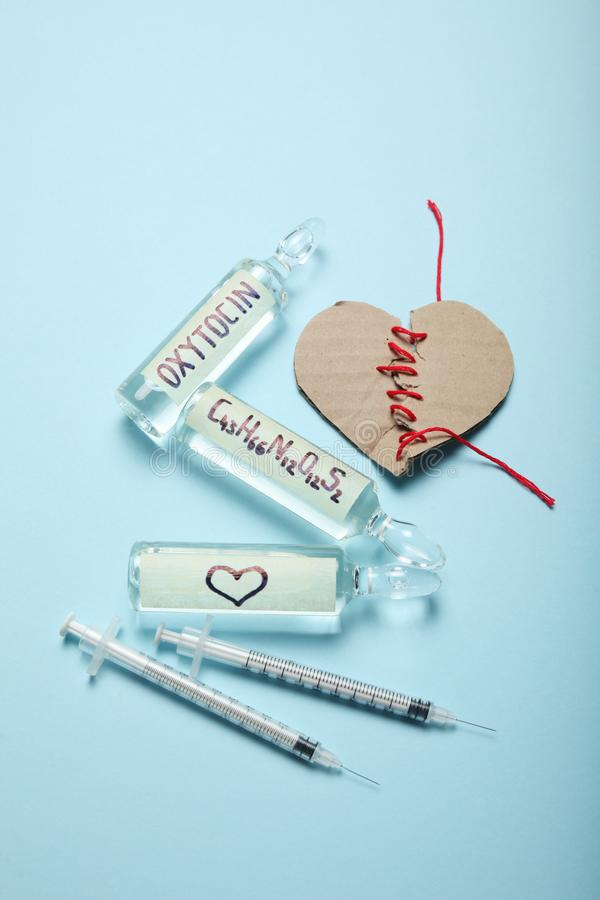 Oxytocine de biochimie dans des ampoules hormone d'amour Coeur cass? images stock