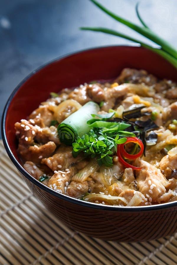 Oyakodon, a galinha e o ovo rolam, alimento japonês, vista próxima foto de stock royalty free