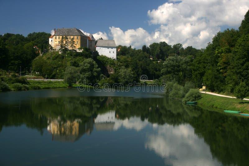 Ozalj Schloss über Fluss Stockfoto