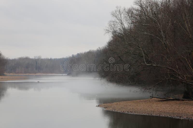 Ozark冬天河薄雾 免版税库存照片