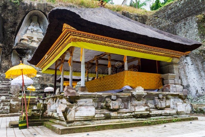 Ozdobiony ołtarz do obchodów z tekstyliami i parasolami łajna przez pogrzebowe pomniki Gunung Kawi, Bali, Indonezja obrazy stock