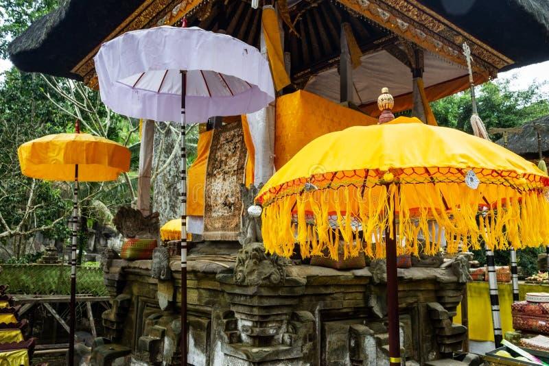 Ozdobiony ołtarz na uroczystość z parasolami tekstylnymi i tedung w Gunung Kawi, niedaleko Ubudu na wyspie Bali, Indonezja zdjęcie stock
