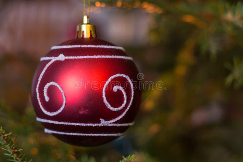 Download Ozdobna Czerwona Bożenarodzeniowa Piłka Zdjęcie Stock - Obraz złożonej z drzewo, świerczyna: 28959552