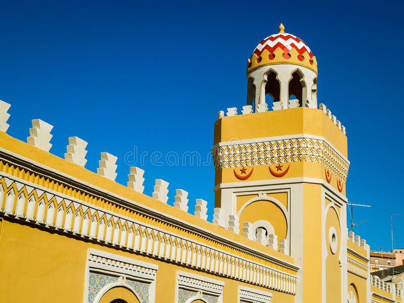 Ozdobna kolor żółty ściana, minaret w Melilla i obraz royalty free