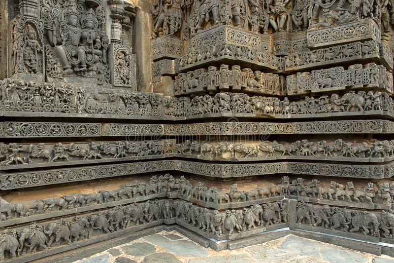Ozdobne ulgi na ścianach, Hoysaleshvara świątynia, Halebid, Karnataka, ind, obraz stock