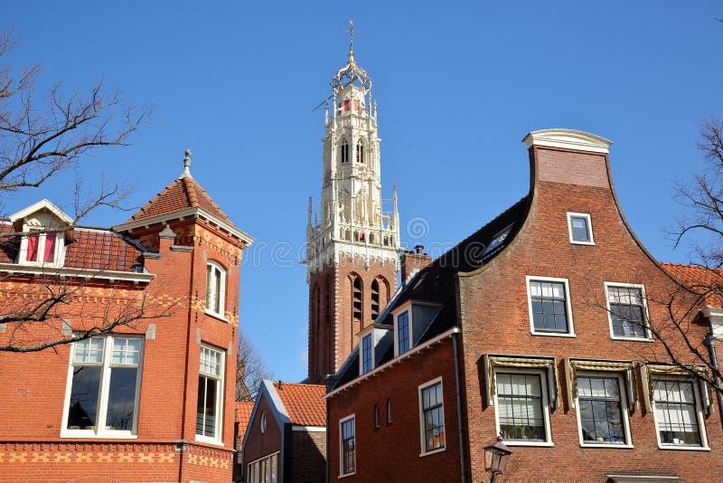 Ozdobni i kolorowi tradycyjni domy, lokalizowa? wzd?u? Jansstraat ulicy z wierza St Josephkerk ko?ci?? w tle obrazy stock