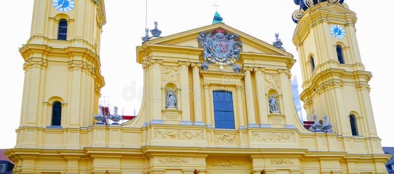 Ozdobny architektoniczny szczegółu zakończenie z zegarowym góruje statuy obraz royalty free