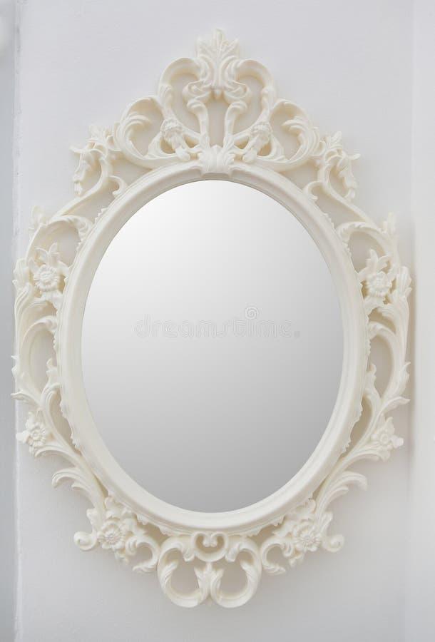 Ozdobny lustro na ścianie runda ramowy zdjęcia royalty free