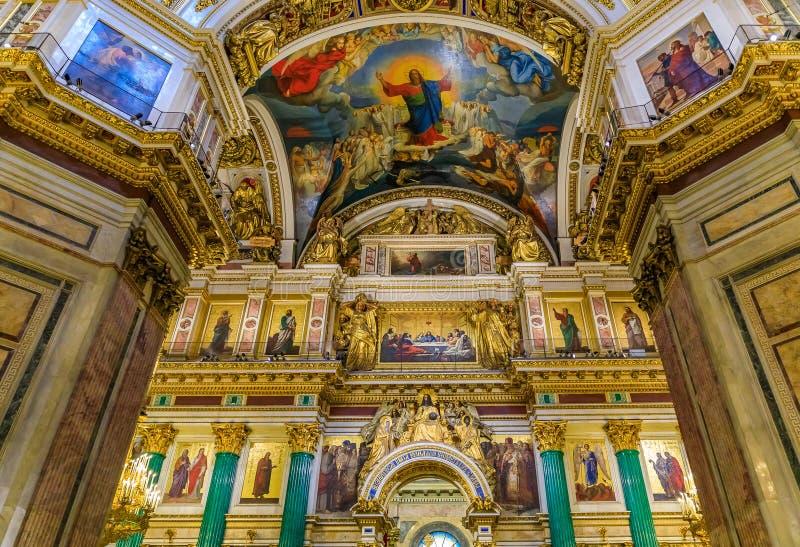 Ozdobny wnętrze, marmurowe kolumny i kolorowe ikony w Świątobliwej Isaac Prawosławnej katedrze w Świątobliwym Petersburg, Rosja obraz royalty free