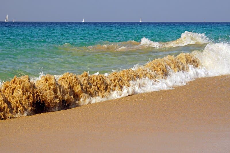 Ozean atlantisch Magiewellen, die auf dem Strandsand laufen stockbilder
