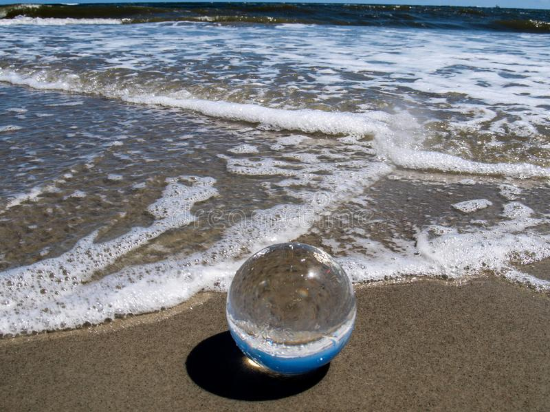 Ozean-Bild umgewandelt in Linsen-Ball stockbilder