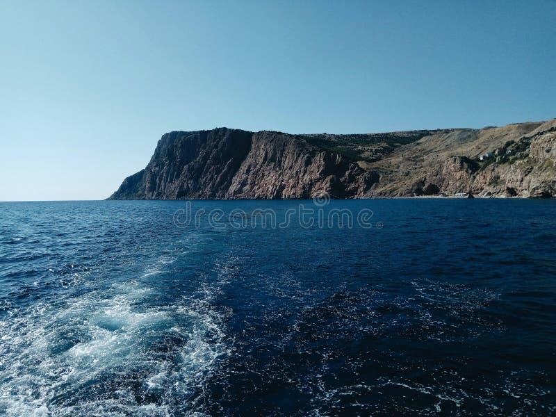 Ozean blau himmel welle Berg lizenzfreie stockbilder