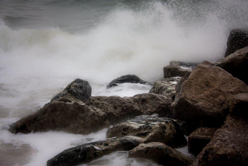 Ozean, der Felsen mit strengh schlägt stockfotografie