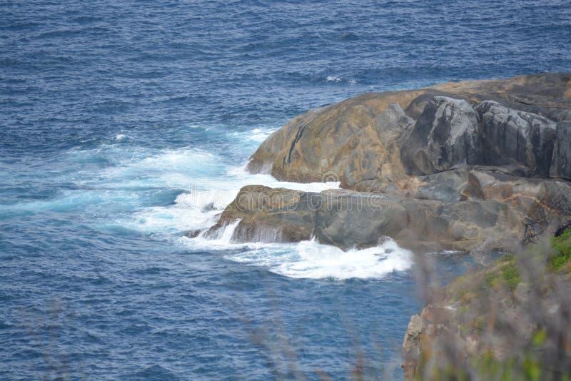 Ozean, der gegen Felsen in Dänemark-wa schlägt lizenzfreie stockbilder