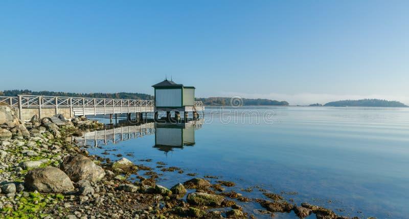 Ozean, der Pier mit Umkleidekabine badet lizenzfreie stockbilder