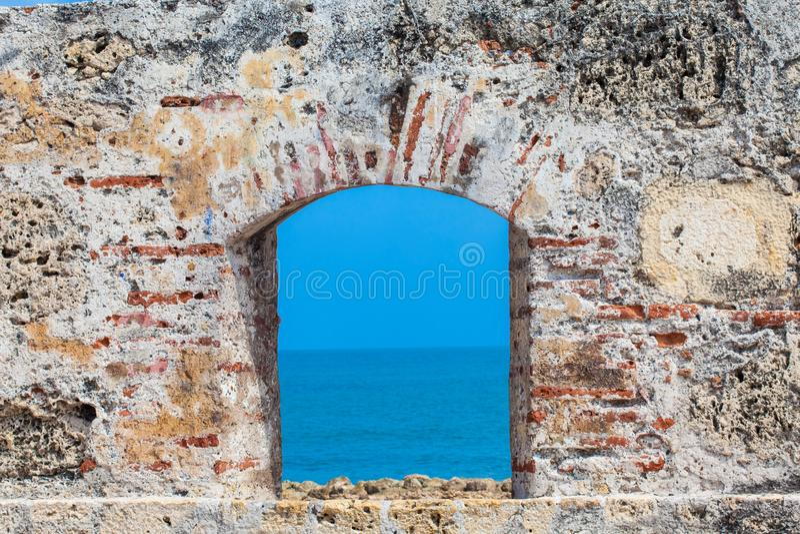 Ozean durch gesehen dem Embrasure der Stadtmauern im Cartagena lizenzfreies stockfoto