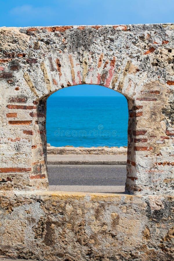 Ozean durch gesehen dem Embrasure der Stadtmauern im Cartagena stockbilder