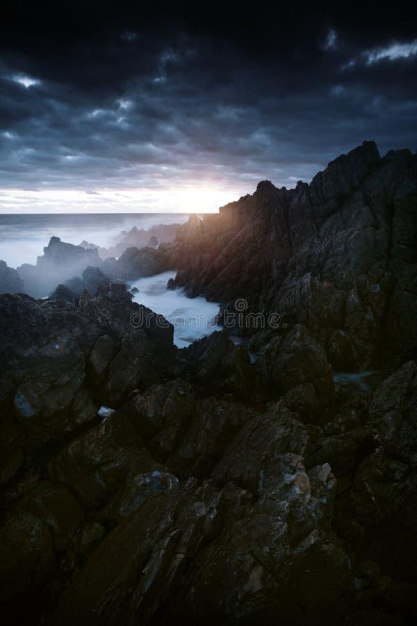 Ozean-Klippen-Sonnenuntergang lizenzfreie stockfotos