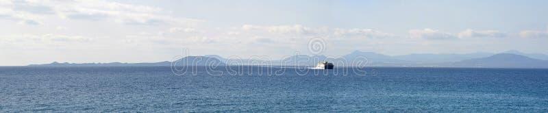 Ozean-Panorama-Fähre mit der Nordküste von Fuerteventura stockbilder