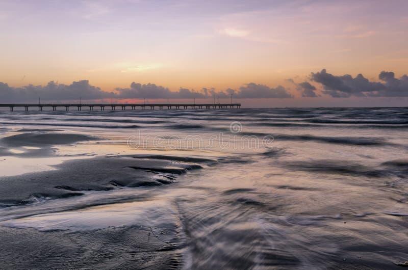 Ozean-Pier bei Sonnenaufgang oder Sonnenuntergang lizenzfreie stockbilder