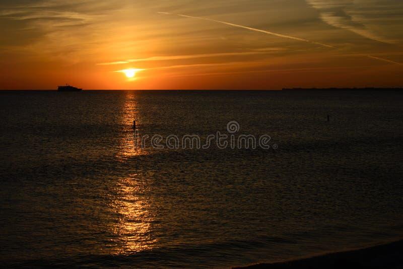 Ozean am Sonnenuntergang stockfotos
